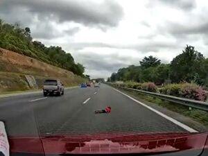 فیلم/ زنده ماندن معجزه آسای کودک ۲ ساله در یک حادثه!