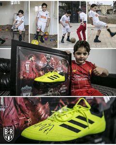 عکس/ محمد صلاح، کفشهای خود را به یک کودک هشت ساله سوری که به علت رفتن بر روی مین پای خود را از دست داده است، اهدا کرد