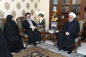 عکس/ حضور رئیس جمهور در منزل شهید سیدمهدی اکرمی