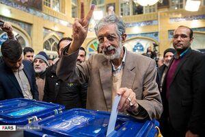 عکس/ حداد عادل با انگشتان جوهری