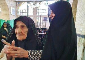 عکس/ رای دادن بانوی ۱۱۵ ساله بافقی در انتخابات مجلس