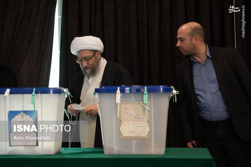 حضور آیتالله آملی لاریجانی در پای صندوق رای شورای نگهبان- انتخابات ۹۸