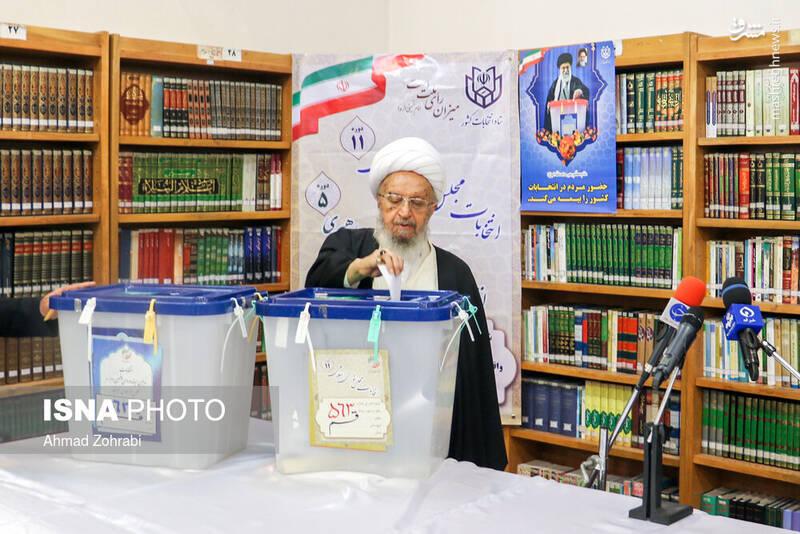 حضورآیتالله مکارم شیرازی در پای صندوق رای در شهر قم - انتخابات ۹۸