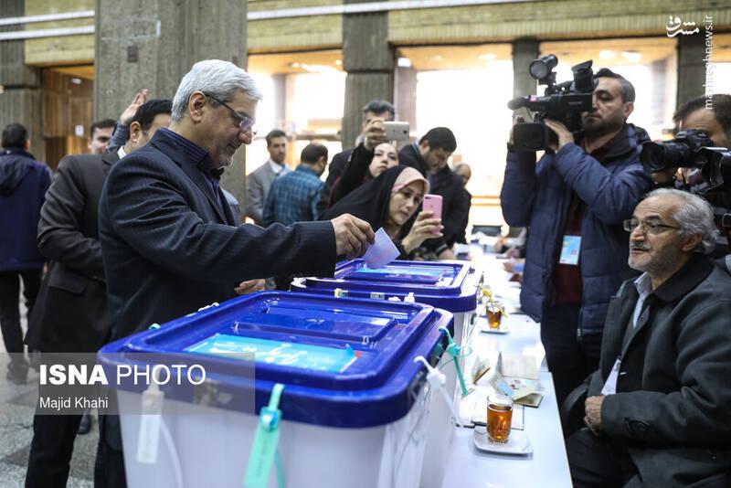 حضور جمال عرف، رییس ستاد انتخابات در پای صندوق رای در ستاد انتخابات کشور. انتخابات ۹۸