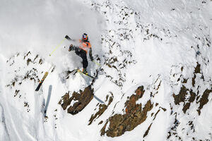 عکس/ لیز خوردن یک اسکی باز از ارتفاع