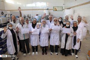 عکس/ بسیج خانوادگی برای تولید موادضدعفونی