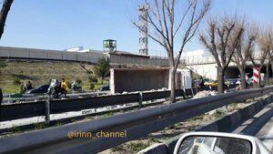 عکس/ واژگونی کامیون حامل مصالح ساختمانی
