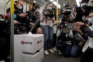 عکس/ ربات ضدعفونی کننده در مترو