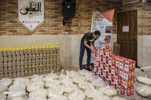 عکس/ توزیع مردمی سبد مواد غذایی برای نیازمندان