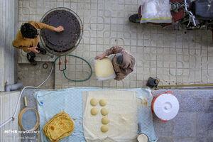 عکس/ پخت نان در خانه