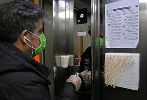 عکس/ پیشگیری از شیوع کرونا در آسانسور