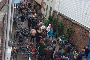 صف مردم هلند برای خرید وید (ماری جوآنا)