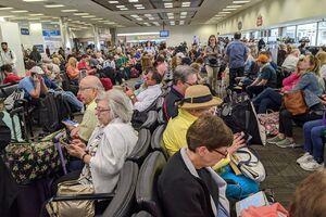 عکس/ هرجومرج در فرودگاه با اوجگیری کرونا