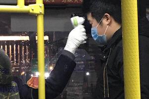 رانندگان اتوبوس در شهر شانگهای موظف به کنترل دمای بدن مسافرین شدند.