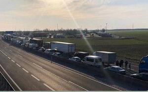 صف طولانی کامیونها در مرز