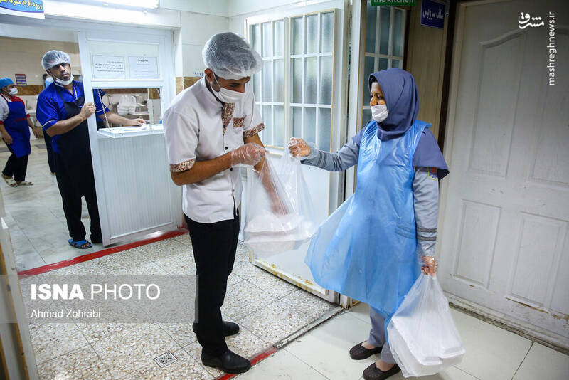 عکس/ بیماران کرونایی میهمان غذای تبرکی حرم حضرت معصومه(س)