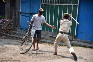تنبیه پلیس هند با نقض کنندگان قرنطینه