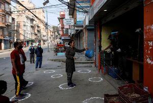 عکس/ اقدام زیبای یک فروشنده در مبارزه با کرونا