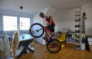 عکس/ دوچرخه سواری در خانه
