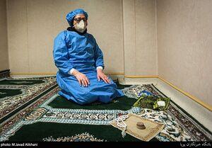 عکس/ اقامه نماز در خط مقدم مبارزه با کرونا