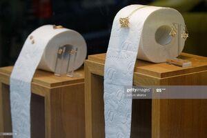 عکس/ دستمال توالت در ویترین جواهرفروشی