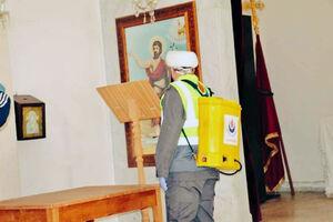 عکس/ ضدعفونی کردن کلیسا توسط یک روحانی