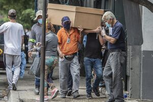 فیلم/ جمعآوری اجساد مبتلایان کرونا از خیابان
