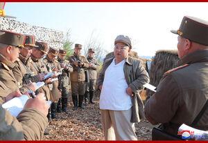 عکس/ نظارت رهبر کره شمالی بر یک رزمایش نظامی