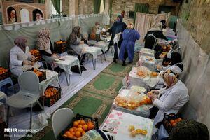 عکس/ تهیه آبمیوه در مسجد برای بیماران کرونا