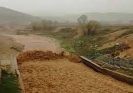 لحظه رسیدن سیلاب سهمگین به شهرستان کوهرنگ +فیلم