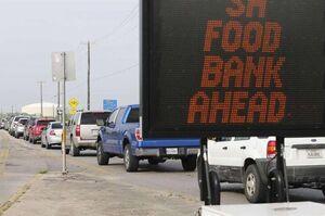 فیلم/ صف طولانی شاسی بلندها در برابر بانکهای غذایی آمریکا!