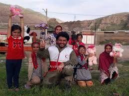 جوانی که وقتش را به آموزش کودکان مناطق محروم اختصاص داده
