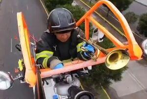 فیلم/ روحیهدادن آتشنشانان اکوادور به مردم