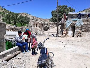 درس دادن خانه به خانه به بچه های یک روستا محروم +عکس
