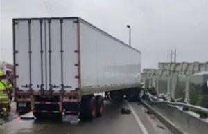 فیلم/ نجات راننده کامیون آویزان!