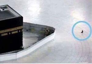 تنها کسی که در این روزها میتواند مقابل کعبه نماز بخواند +عکس