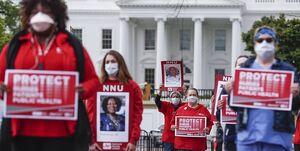 فیلم/ پرستاران معترض در مقابل کاخ سفید