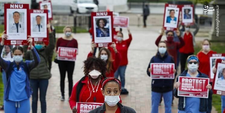پرستاران با رعایت مقررات فاصلهگذاری اجتماعی، عکسهایی را در دست داشتند و نام بیش از ۴۰ نفر از کارکنان بهداشت و درمان این کشور را که بر اثر «کووید-۱۹» جان خود را از دست دادند، با صدای بلند خواندند.