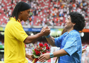 مارادونا از اسطوره زندانی حمایت کرد