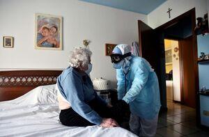 عکس/ معاینه بیماران مبتلا به کرونا در منزل