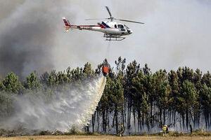 فیلم/ تلاش بالگردهای آبپاش برای مهار آتشسوزی