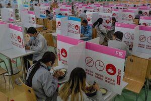فاصله گذاری در یک سالن غذاخوری در چین