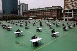 عکس/ برگزاری آزمون در حیاط مدرسه