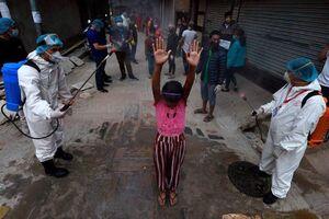 عکس/ ضدعفونی افراد با هدف جلوگیری از شیوع کرونا