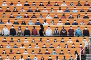 عکس/ برگزاری مسابقه با تماشاگران غیر واقعی