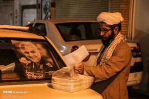 عکس/ توزیع سحری توسط هیئتیها در محلههای قم