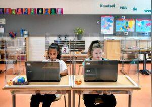 بازگشایی مدارس هلند با حفاظهای پلاستیکی