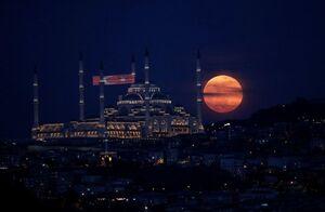 """تصویری زیبا از پدیده """"ابر ماه"""" در ترکیه"""