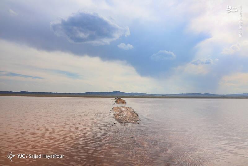 در پی بارشهای بهاری، مساحت قابل توجهی از دریاچه حوض السلطان این روزها زیر آب رفته است، این در حالی است که در سال ۹۷ این دریاچه به صورت کامل خشک شده بود و وضعیت بحرانی داشت.