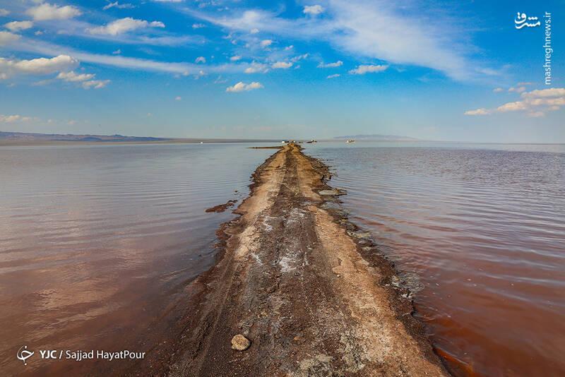 این دریاچه به مساحت تقریبی ۲۴۰ کیلومترمربع در جنوب رشتهکوههای البرز قرار دارد